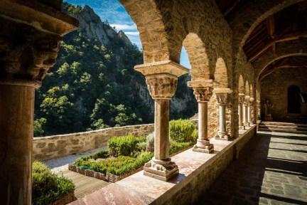 """Sur les pentes du Canigou, c'est après une petite marche que se découvre l'abbaye de Saint Martin du Canigou. Elle se dévoile alors comme l'illustration parfaite de l'expression """"entre ciel et terre""""."""