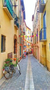collioure-france-street-places-to-eat-1440x2560